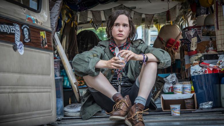 Ellen PAge interpreta Lu que está sentada na parte de trás de um furgão com um monte de tranqueira dentro