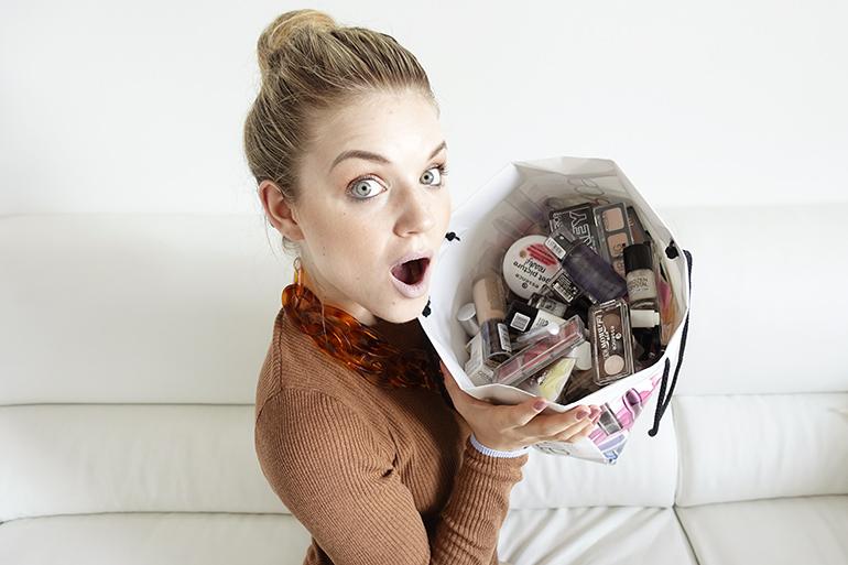 mega goodiebag, essence, catrice, vlogging is a party, fashionblogger, beautyblogger, event, mevrouw miauw, den bosch, sostrene grene, lush cosmetics, lush den bosch, shoplog, unboxing, eyes lips face, krabpaal, kattenspullen, yuri van gelder, arnhem, amsterdam, strandzuid, blauwe lipstick