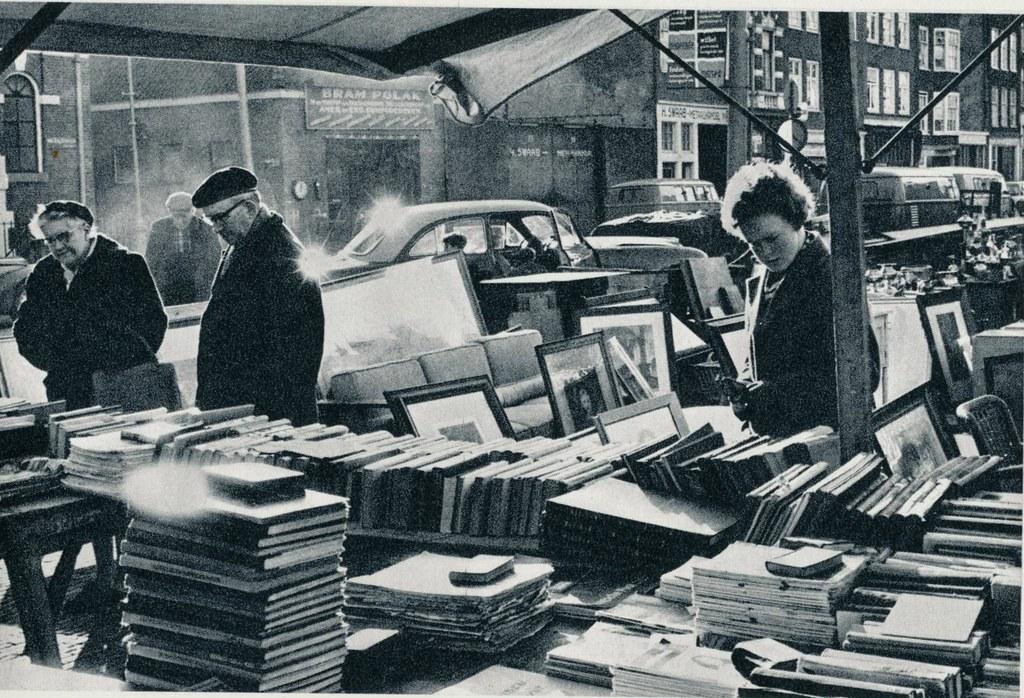 Marché de Waterlooplein à Amsterdam dans les années 60 - Photo de Cas Oorthuys