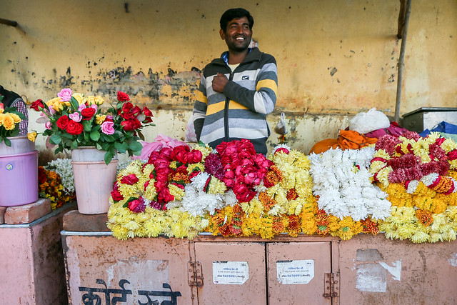 Frower seller in Jaipur, India ジャイプール、ヒンドゥー寺院の花売り