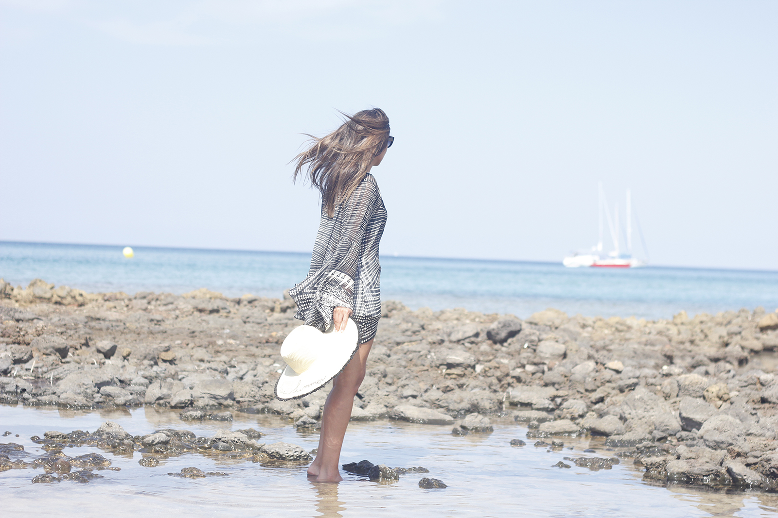 black and white kaftan with white denim shorts summer outfit beach sunnies05