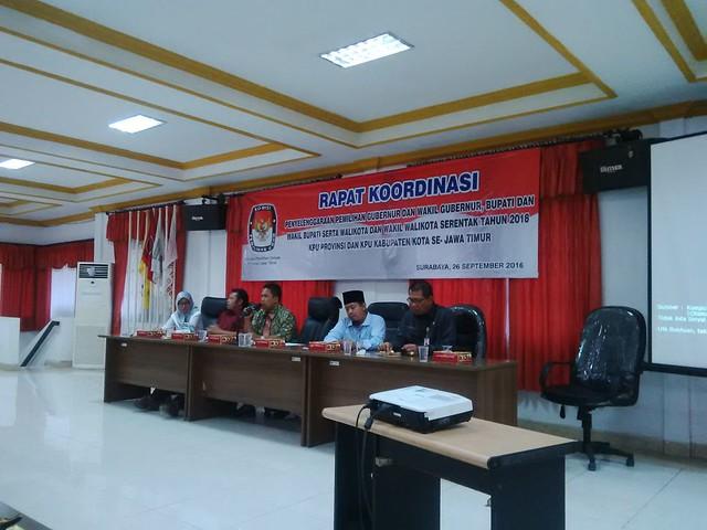 Anggota dan Sekretaris KPU Provinsi Jawa Timur saat memimpin rakor 18 KPU Kab/Kota (26/9)