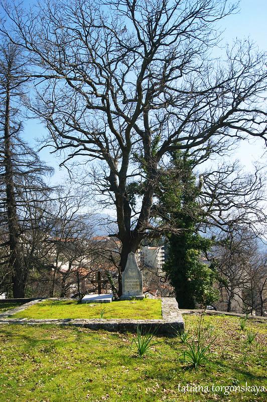 Старое захоронение за храмом