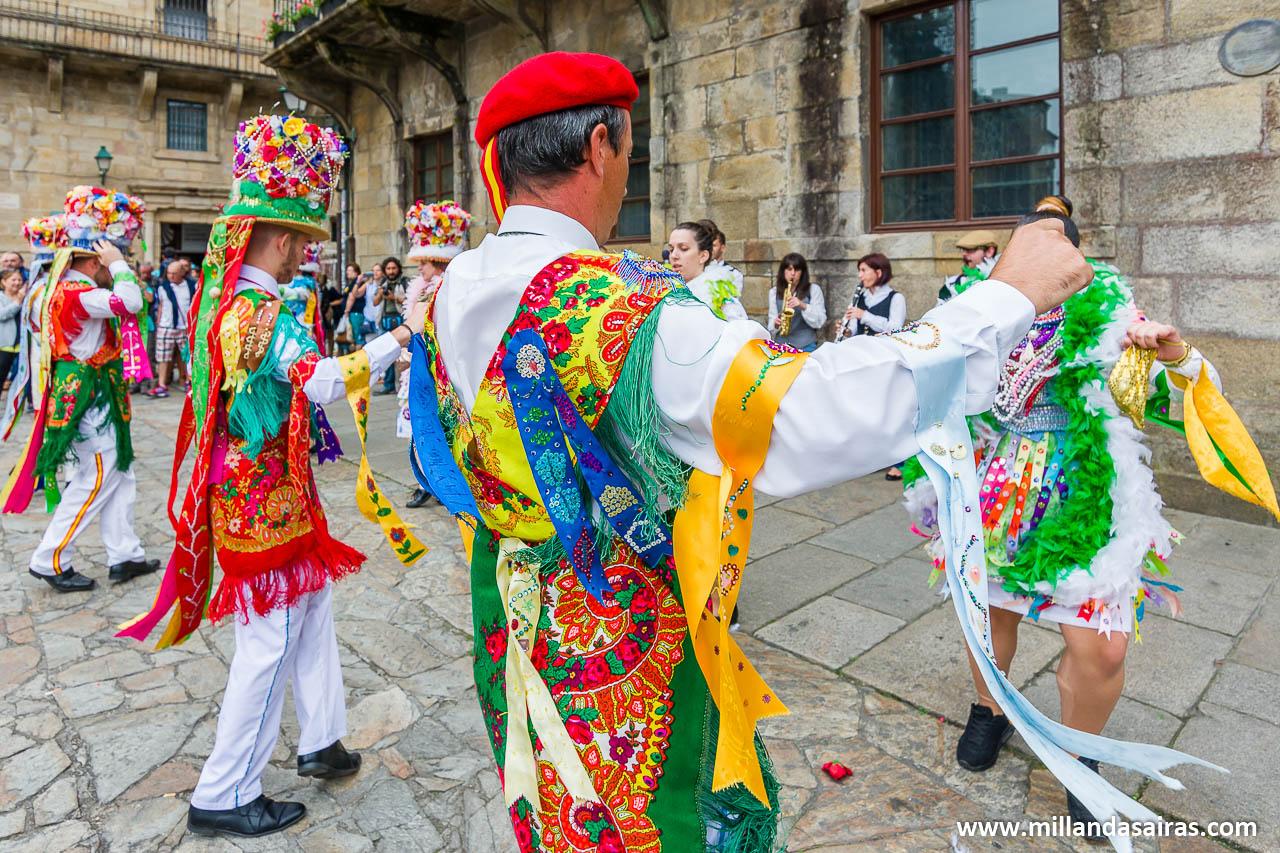 Madamas e Galáns de Cobres bailando en el Obradoiro