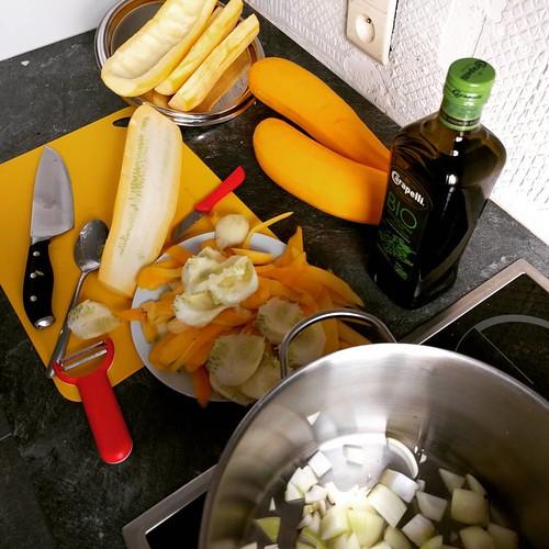 Gele soep in de maak. ☀️ #courgette #homegrown #homemade #soep #soup #mealprep #healthylife #puureten #seizoensgroenten