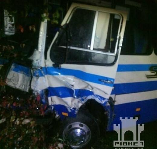 Вантажівка протаранила автобус – 11 пасажирів травмовані