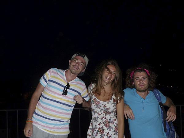 les trois cousins sur la terrasse de nuit