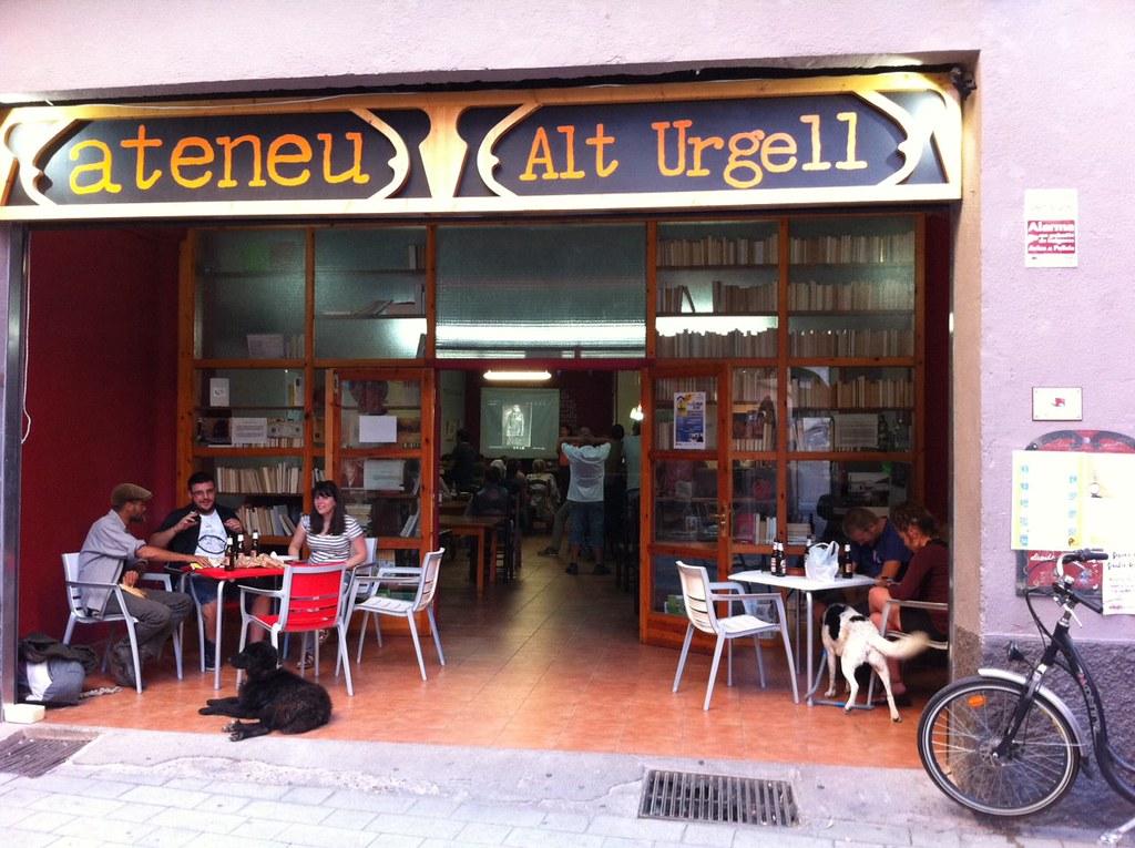 Fotografia de la Tertúlia-xerrada sobre Neus Català, supervivent dels camps d'extermini nazis (Alt Urgell, 2016)