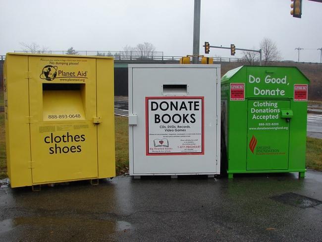 """美國新罕布夏州的路邊一角,放了許多不同慈善團體的大型募捐箱。(圖片來源:<a href=""""http://www.unionleader.com/article/20121209/NEWS02/121209198&template=mobileart"""">Union Leader</a>)"""