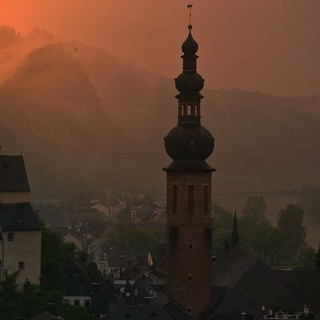 Sankt Martin rises dramatically above Township of Cochem | by B℮n