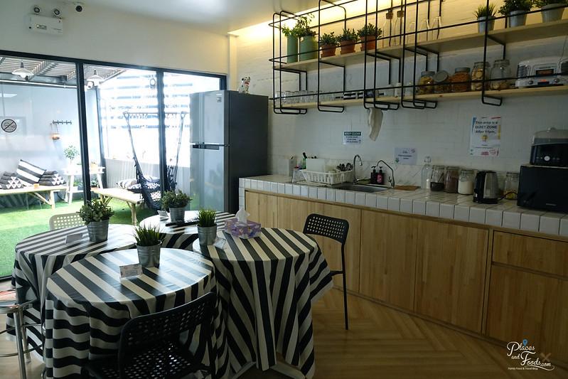 liveituphostel asok dinning area