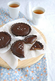 Salted chocolate caramel tartlets / Tortinhas de chocolate e caramelo salgado | by Patricia Scarpin
