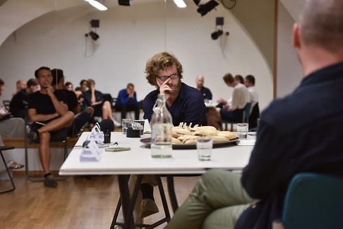 Pohyblivé obrazy - tři kulaté stoly v GAMU