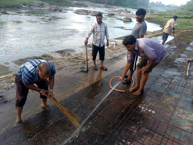 स्वर्णरेखा नदी की सफाई करते लोग