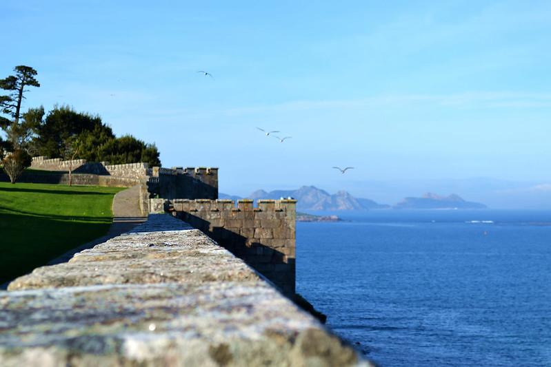 El sugerente paseo en torno a las murallas.
