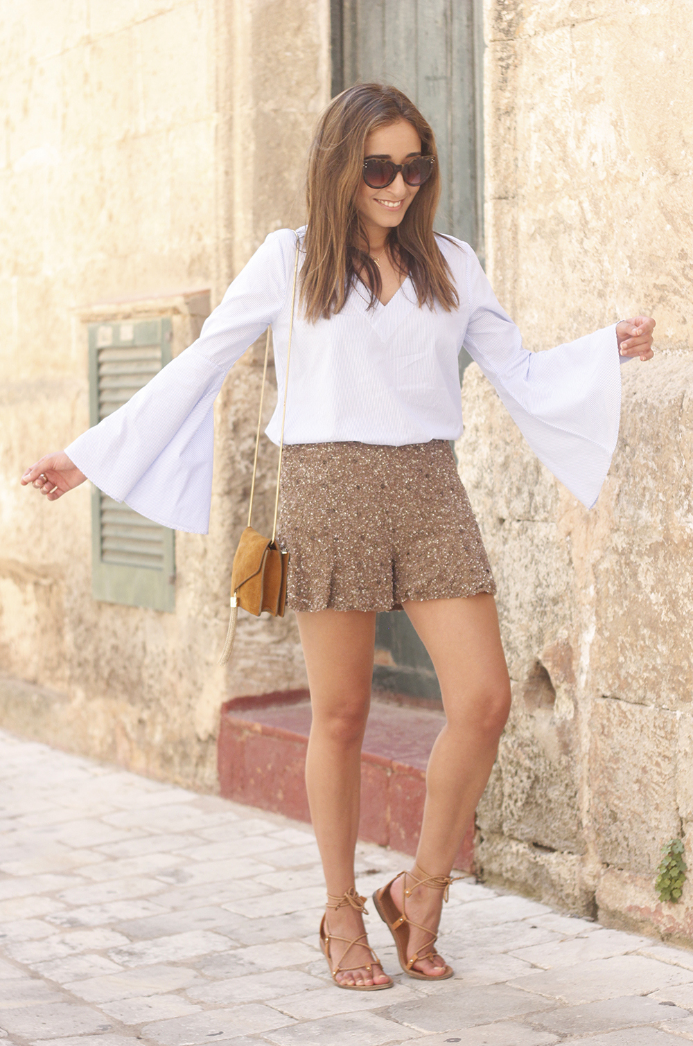 sequined shorts bell sleeves striped shirt summer flat sandals summer fashion outfit22