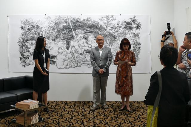 アートフェアでは作家も参加。中央の男性はシンガポールを代表する作家、ジミー・オング(Jimmy Ong)。(ホストギャラリー(シンガポール))。