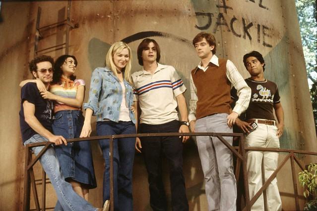 Seis amigos posam em cima de uma caixa dagua, são quatro meninos e duas meninas, todos adolescentes