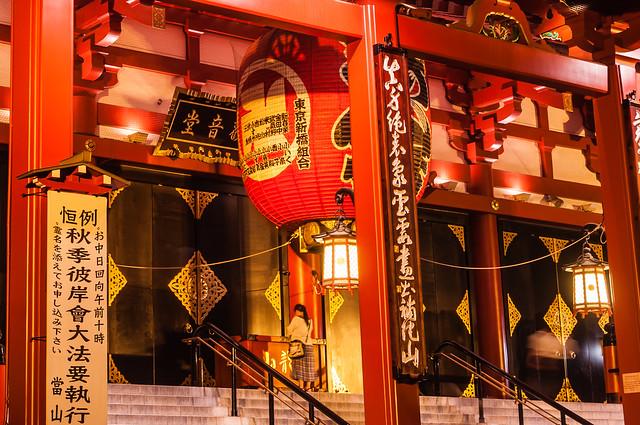 夜の浅草寺を参拝する女性