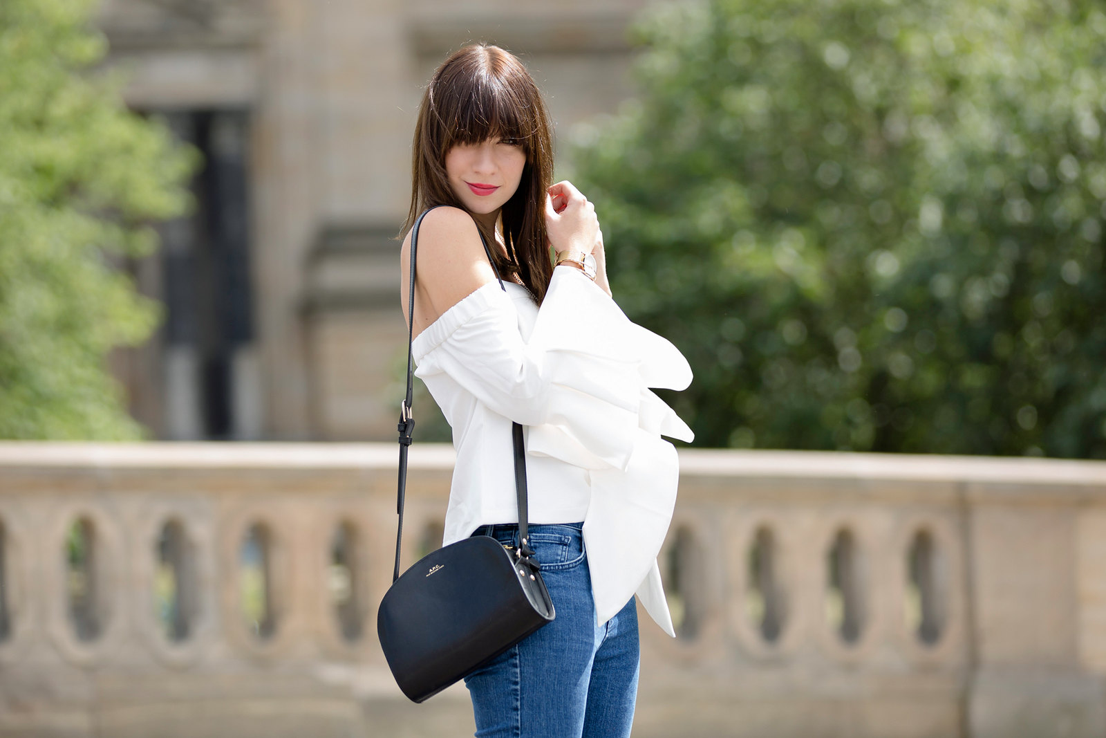 outfit berlin white off shoulder top chicwish fringe jeans mango bangs brunette parisienne french girl berliner dom museumsinsel summertime august styling apc halfmoon bag fashionblogger cats & dogs german style blog ricarda schernus outfitblogger 3