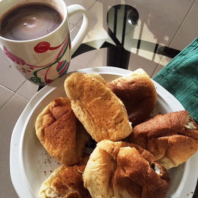 hot chocolate and pandesal