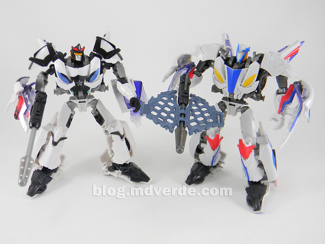 Transformers Prowl Deluxe - Transformers Prime Beast Hunters - modo robot vs Smokescreen