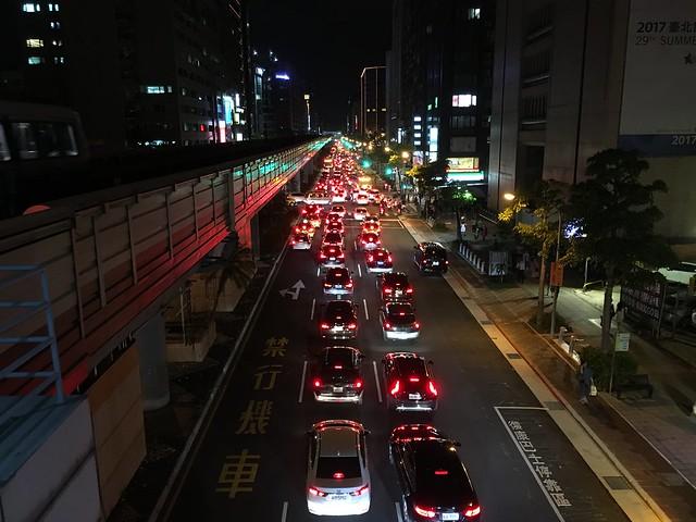 忠孝復興站樓下排隊等紅燈的汽車們