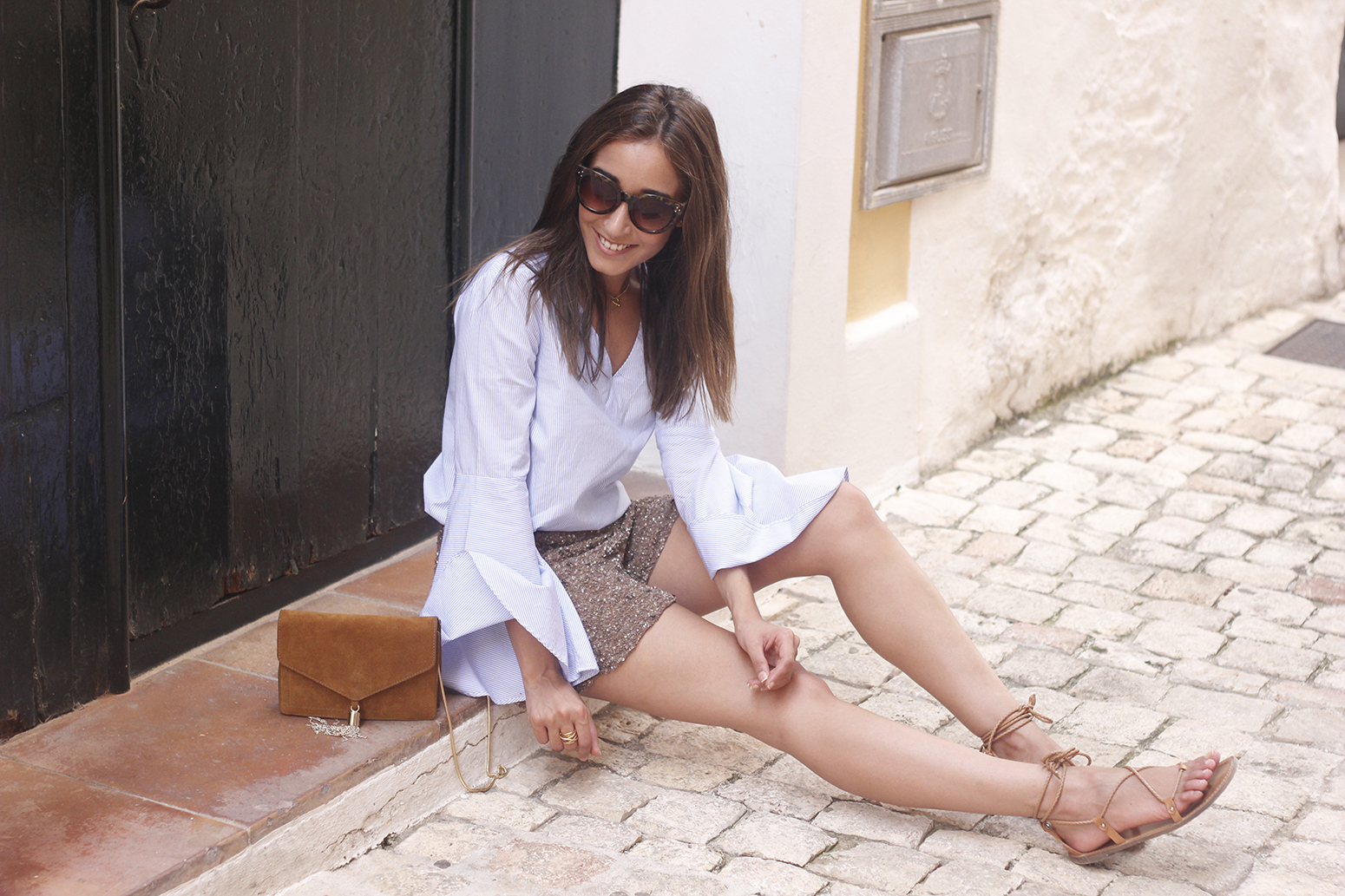 sequined shorts bell sleeves striped shirt summer flat sandals summer fashion outfit09