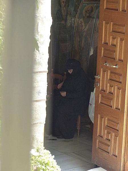 vieille femme en noir dans une église
