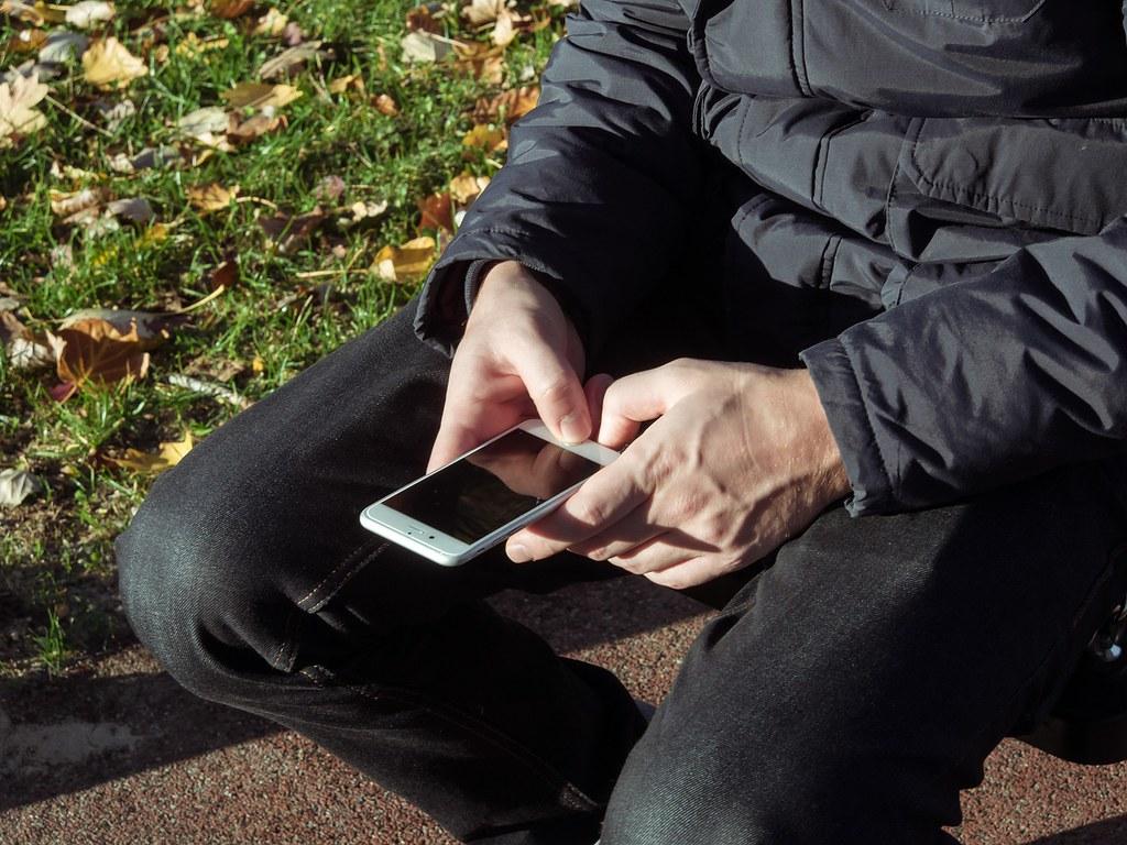 明知故犯?學生上課使用手機的快感及焦慮