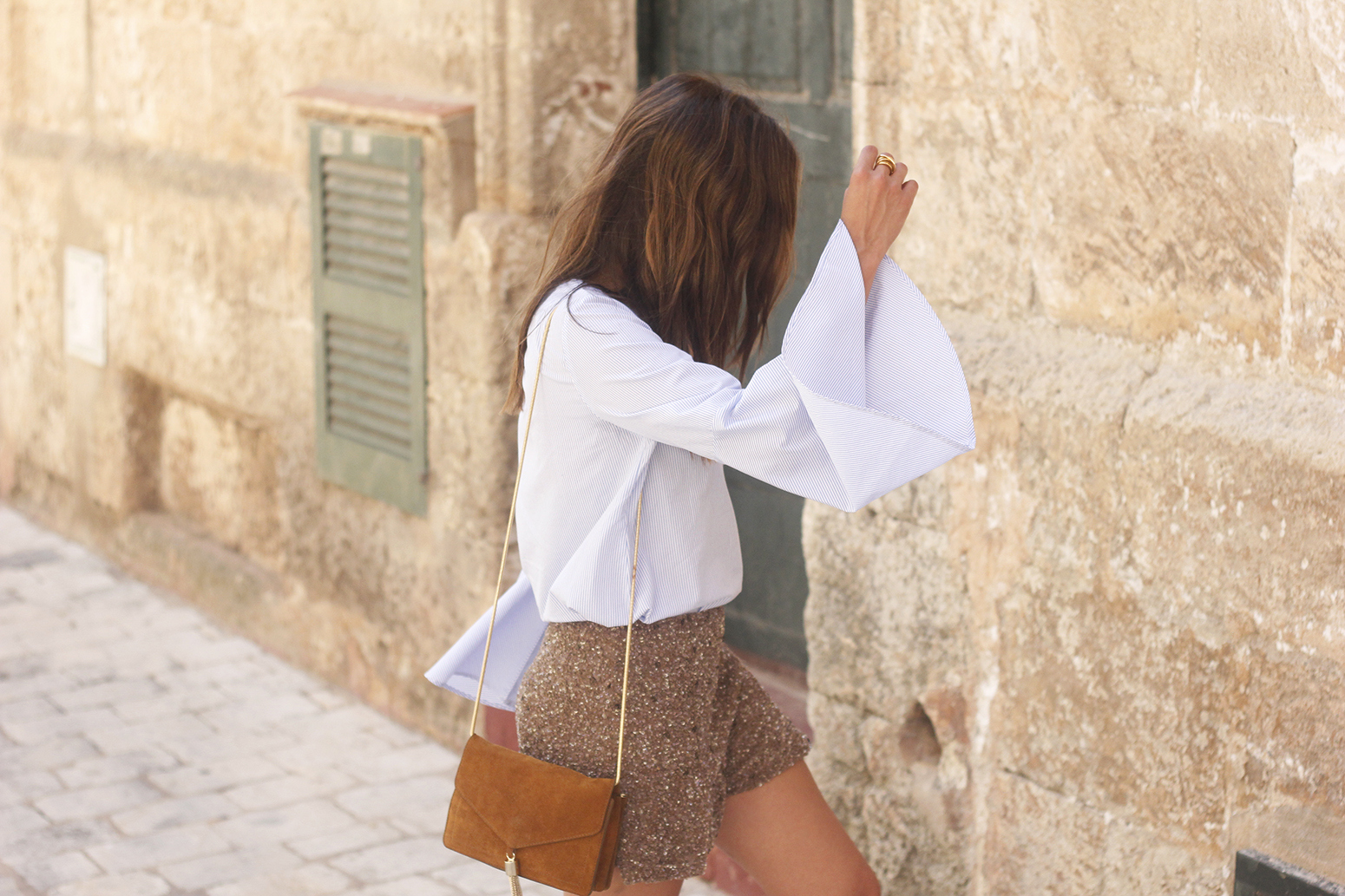 sequined shorts bell sleeves striped shirt summer flat sandals summer fashion outfit18