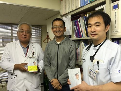 虎の門病院の先生方。左が血液内科部長の谷口先生、右が担当医の湯浅先生。著書「治るという前提でがんになった 情報戦でがんに克つ」とともに。