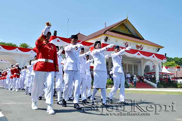 Anggota Pasukan pengibar Bendera saat menjalankan tugas.