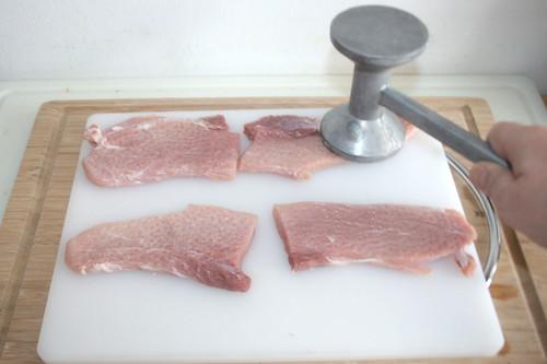 14 - Schnitzel flach klopfen / Flatten escalopes