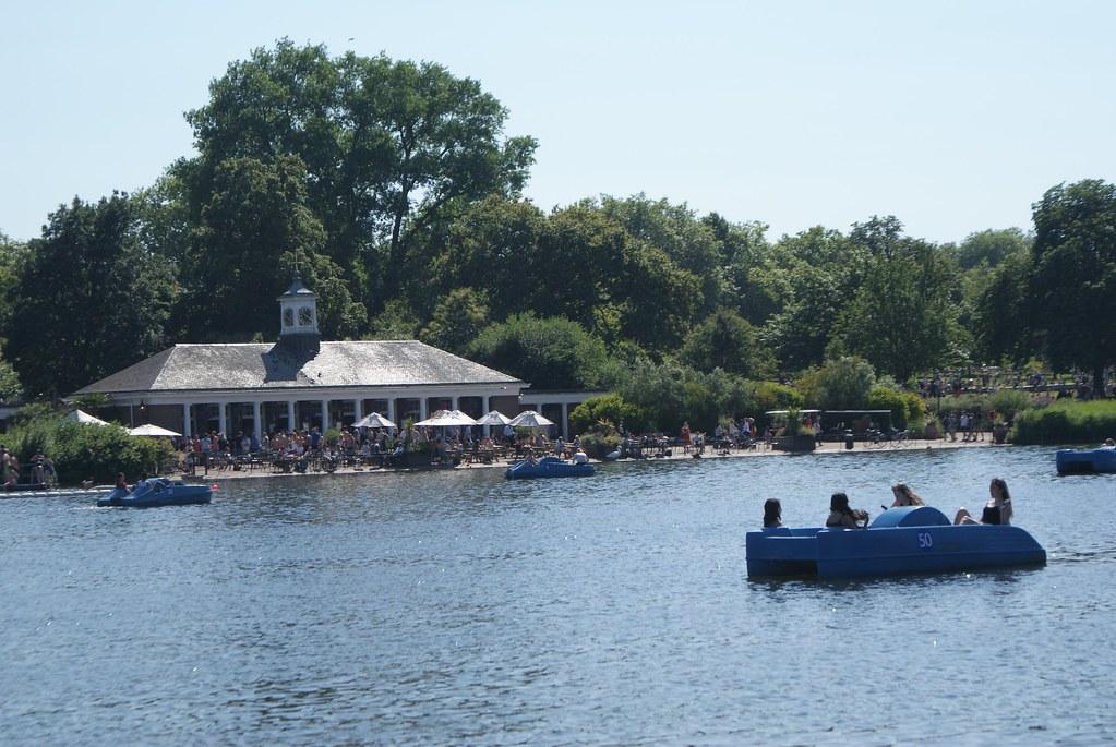 > The Serpentine Lido où se baigner dans Hyde Park à Londres.