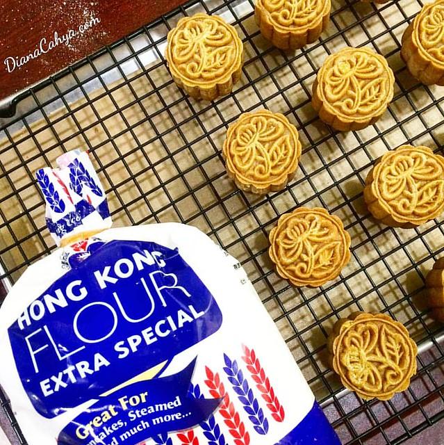 """Ini hasil iseng2 membuat Mooncake today. Sebenarnya ini akibat ingin menghabiskan Hongkong Flour pemberian seorang teman dari Spore setahun lalu, takut kadaluarsa hihihi, di kemasannya tertulis """"Great for Mooncake"""", jadi penasaran bikin deh, kebetulan ud"""
