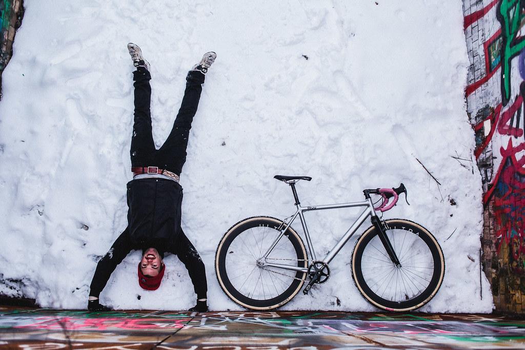 Faire du vélo ou marcher en équilibre derrière sur un fond blanc comme neige. Photo de 8bar bikes