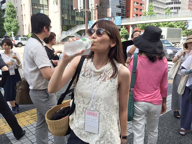 プレスツアーでも水分補給の時間が設けられました。水をがぶ飲みする私