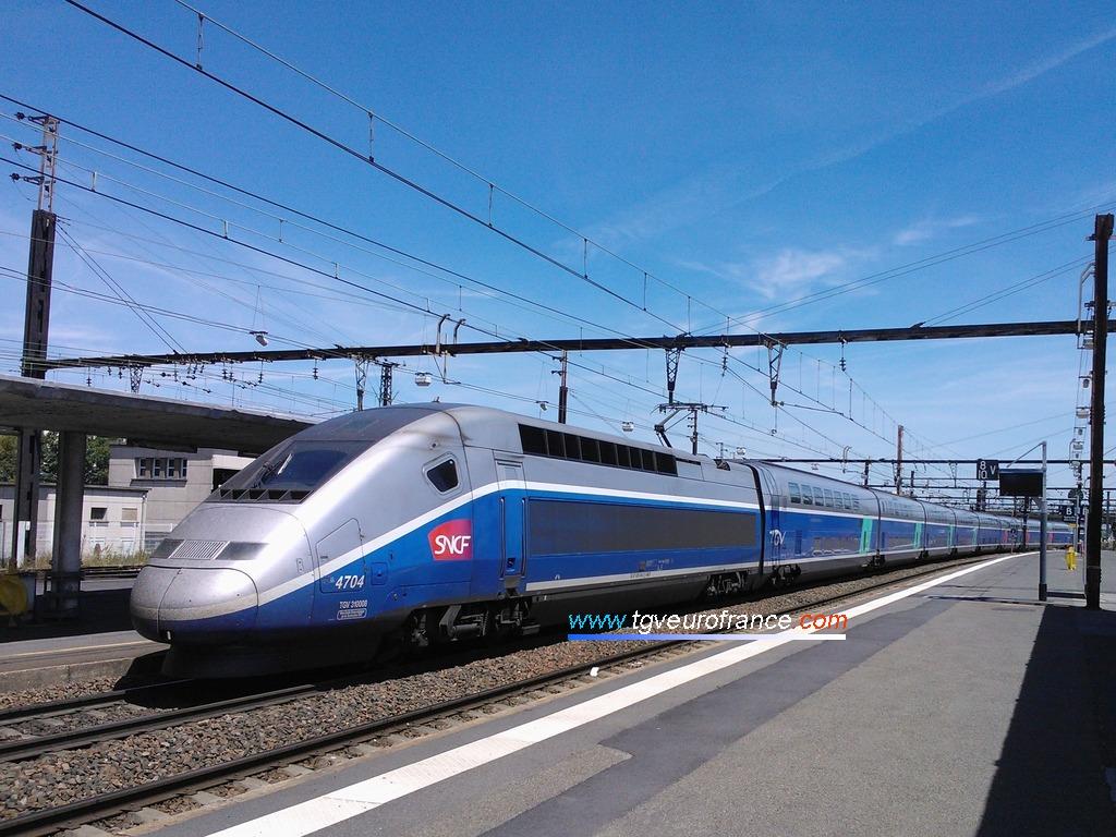La rame TGV Euroduplex 4704 en gare de Saint-Pierre-des-Corps dans le département d'Indre-et-Loire en région Centre-Val de Loire