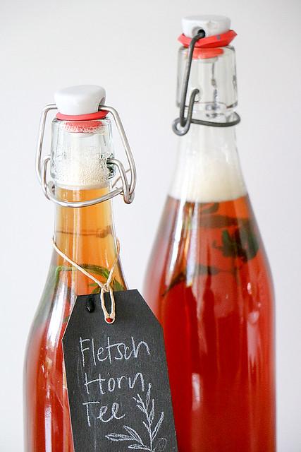 «Fletschhorn-Tee» in Flaschen mit handgeschriebenem Etikett, inspiriert durch Markus Neff, Chef im Waldhotel Fletschhorn Saas Fee