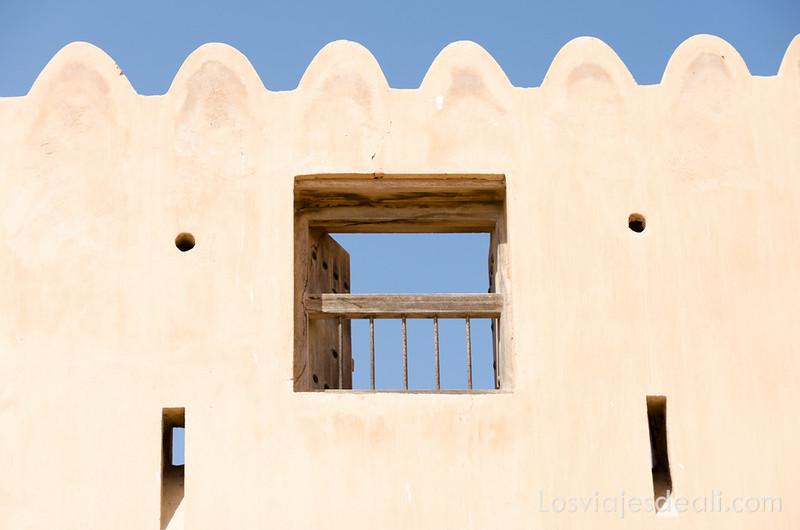 fortaleza de Barka junto al mercado de pescado en Omán