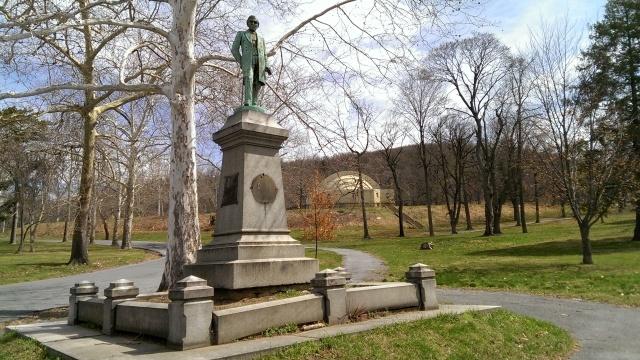 lauer-statue