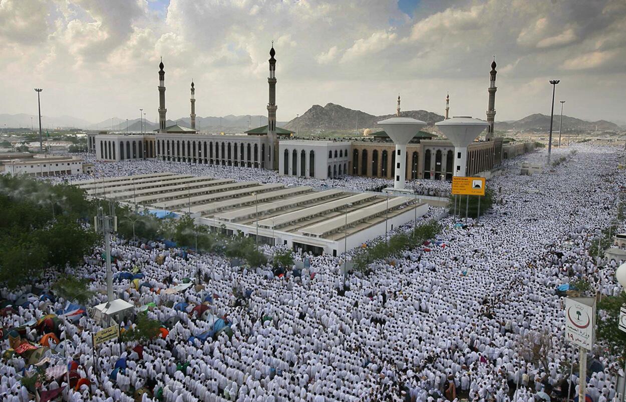 muslim-pilgrims-pray