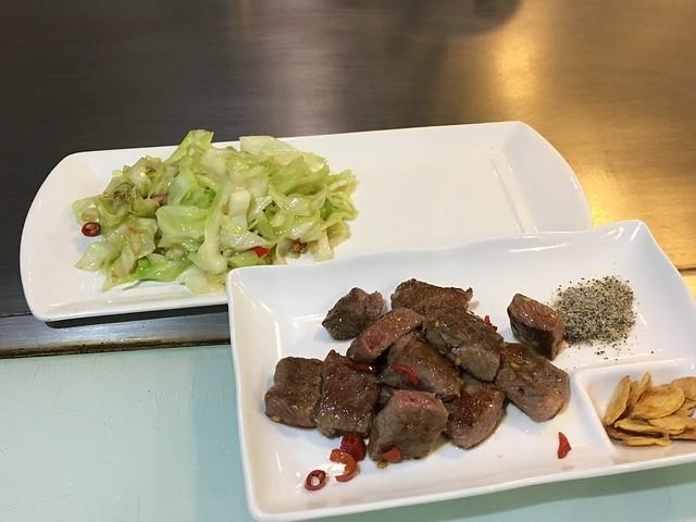 沙朗牛排+炒高麗菜@永和永青鐵板燒