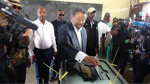 Jean PING votant au centre de vote Martine OULABOU 2