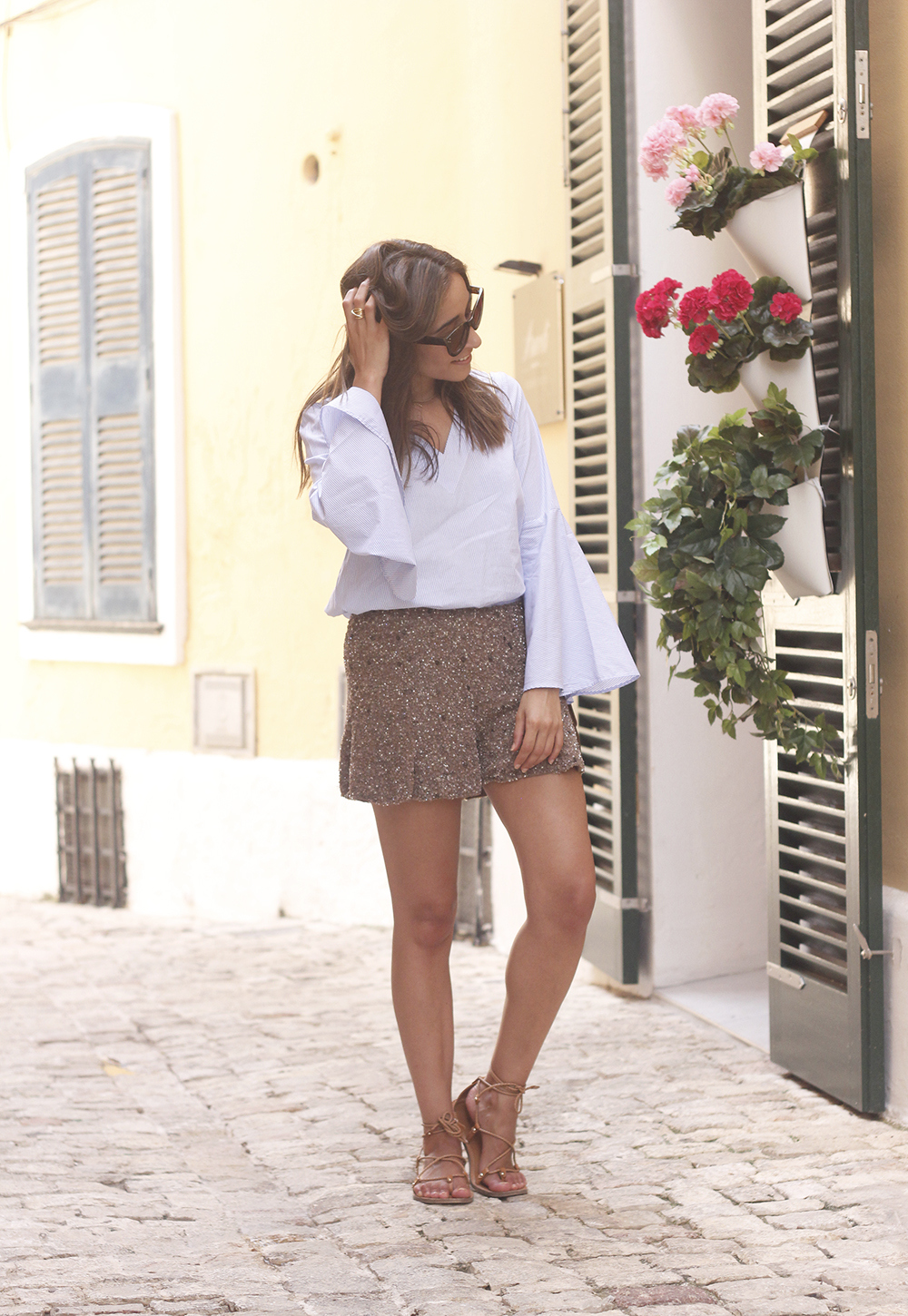 sequined shorts bell sleeves striped shirt summer flat sandals summer fashion outfit02