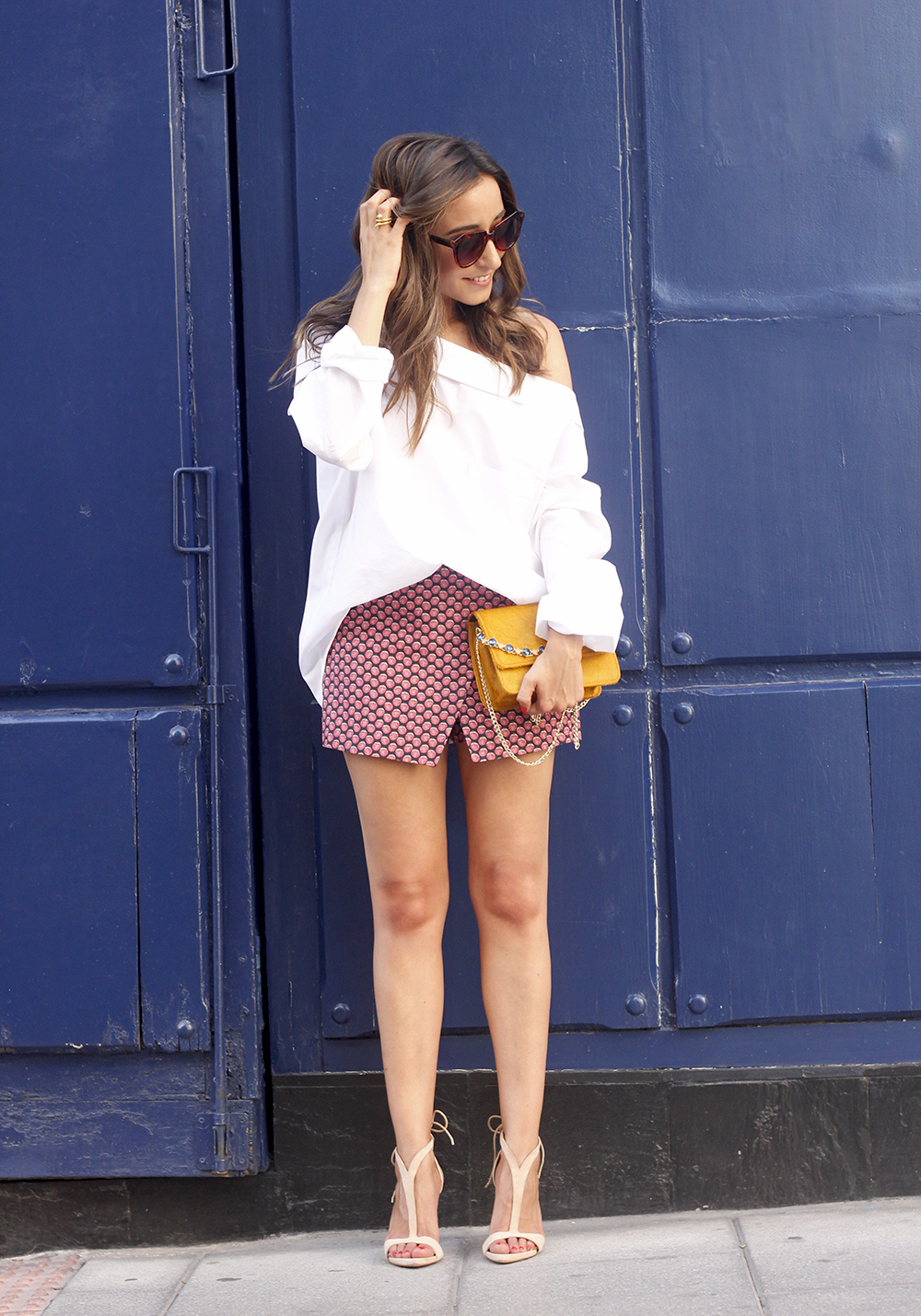 White shirt with printed shorts uterquë bag summer outfit style heels02