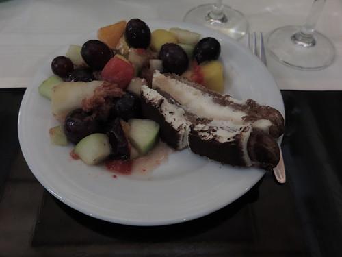 Tiramisu und Obstsalat (als Nachspeise vom Buffet im Restaurant Mäder´s in Flensburg)