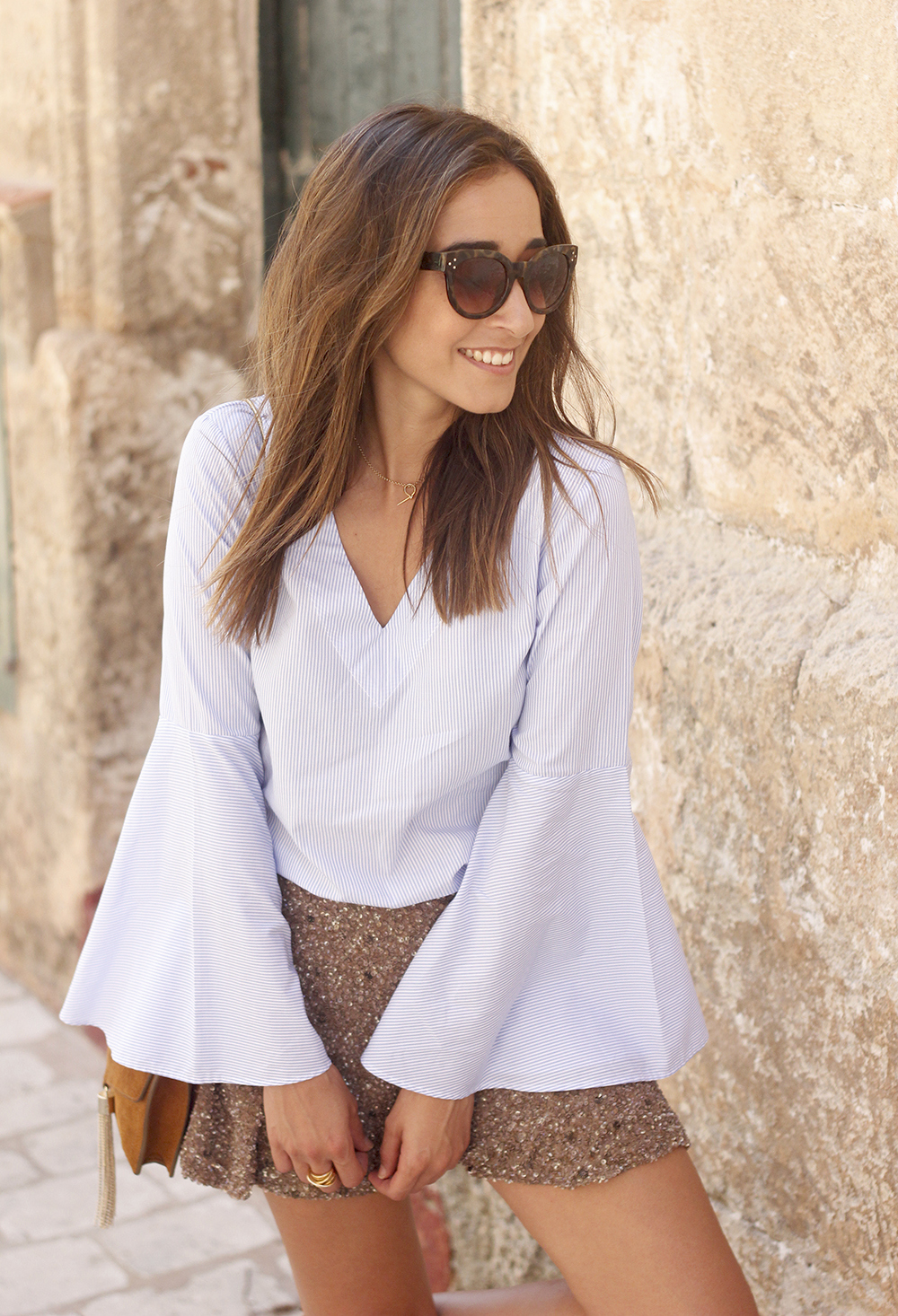 sequined shorts bell sleeves striped shirt summer flat sandals summer fashion outfit16