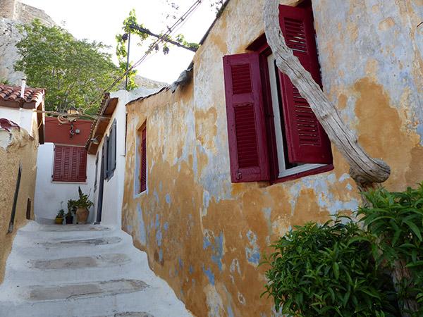 murs jaunes et volets rouges